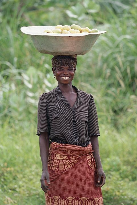 Posture agilité naturelle femme portant sur la tête